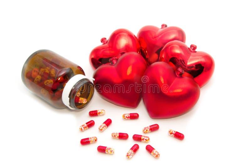 Corazón y botella rojos con las píldoras fotos de archivo libres de regalías