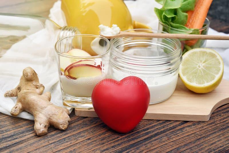 Corazón y comida sana, leche del kéfir, yogur, fruta fresca y verdura orgánica, bebida probiótica de la nutrición para el buen eq imágenes de archivo libres de regalías