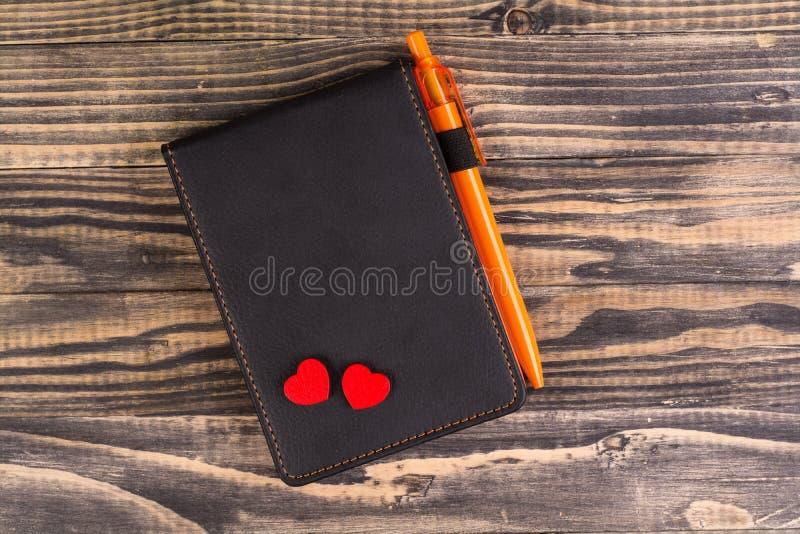 Corazón y cuaderno rojos de la remolque foto de archivo libre de regalías