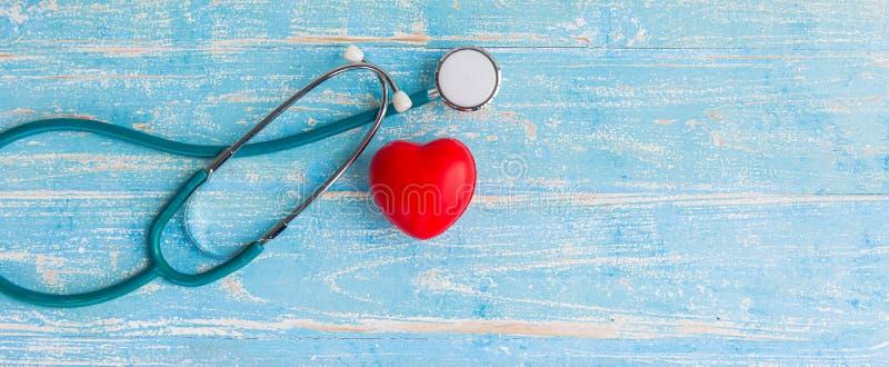 Corazón y estetoscopio rojos del primer imagenes de archivo