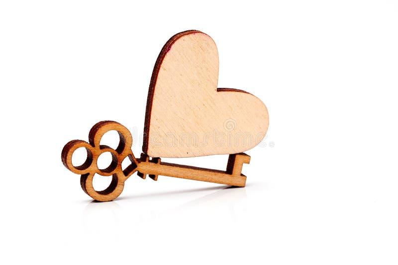Corazón y llave de madera imagen de archivo