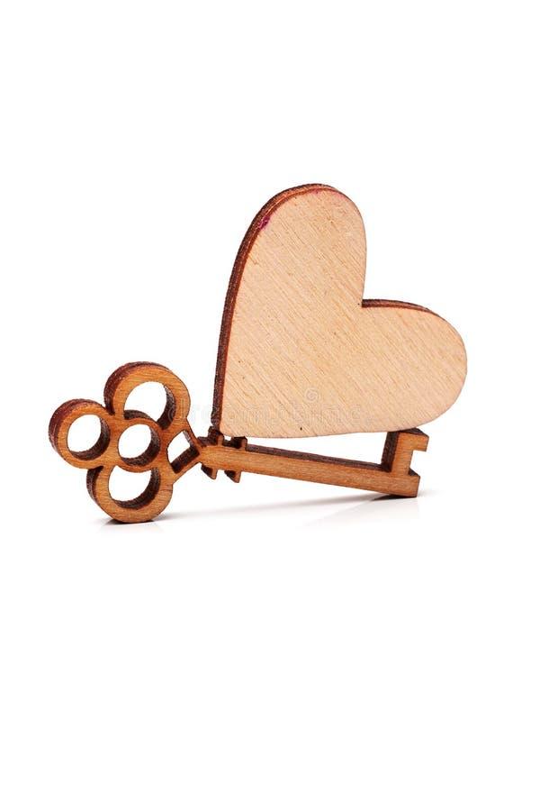 Corazón y llave de madera foto de archivo libre de regalías
