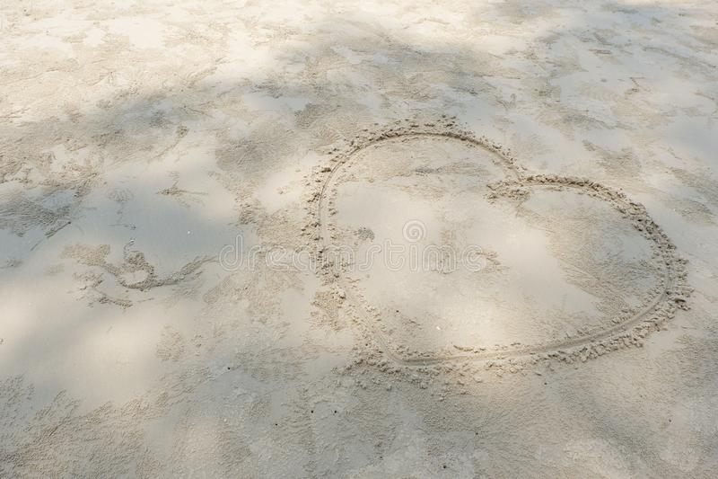 Coraz?n en la playa imagenes de archivo