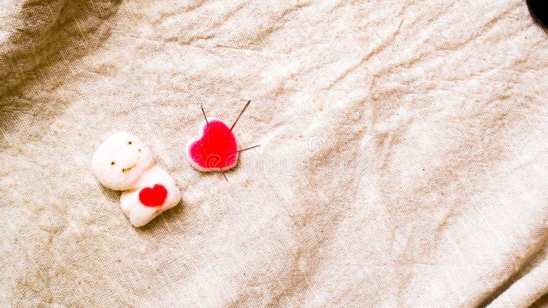 Coraz?n quebrado Sutura de la puntada en forma del coraz?n Concepto del amor y de la atenci?n sanitaria fotografía de archivo