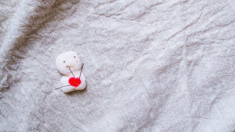 Coraz?n quebrado Sutura de la puntada en forma del coraz?n Concepto del amor y de la atenci?n sanitaria imagenes de archivo