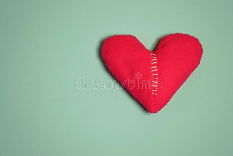 Coraz?n quebrado Sutura de la puntada en forma del corazón imagen de archivo