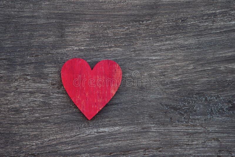 Coraz?n rojo en la tabla de madera, visi?n superior Con el espacio para el texto concepto de ayuda fotos de archivo libres de regalías