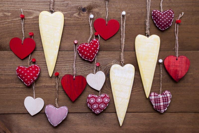Corazones amarillos y rojos para las tarjetas del día de San Valentín Daecoration imágenes de archivo libres de regalías