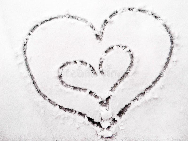 Corazones de amantes en la nieve Símbolo de los corazones del amor fotografía de archivo libre de regalías