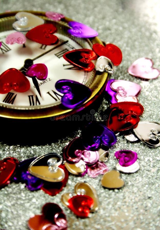 Corazones de la St-Tarjeta del día de San Valentín con un reloj fotos de archivo