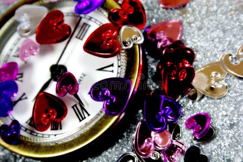 Corazones de la St-Tarjeta del día de San Valentín con un reloj foto de archivo