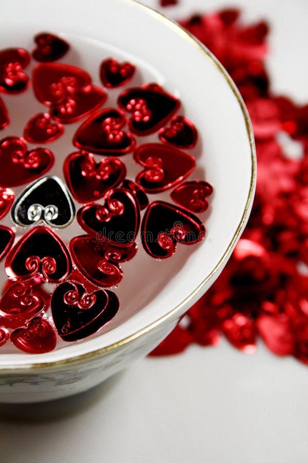 Corazones de la St-Tarjeta del día de San Valentín con una taza de la porcelana imagenes de archivo