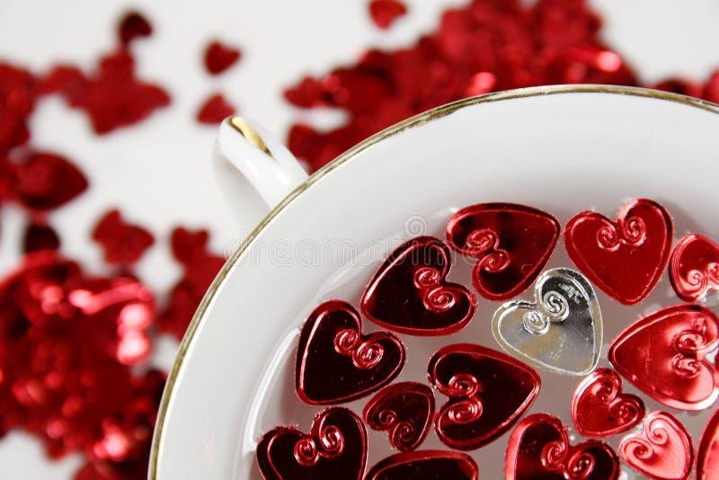 Corazones de la St-Tarjeta del día de San Valentín con una taza de la porcelana imágenes de archivo libres de regalías