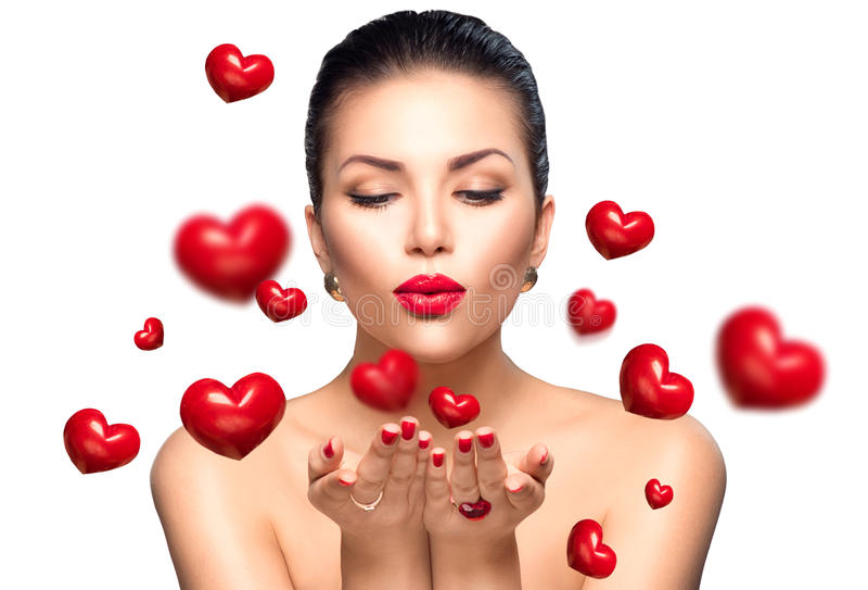 Corazones de la tarjeta del día de San Valentín de la mujer de la belleza que soplan imagen de archivo