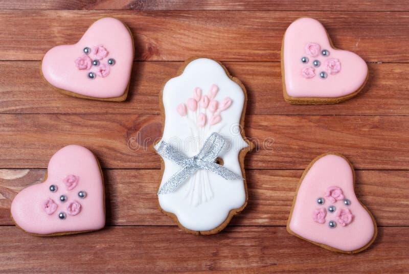 Corazones de las galletas del pan de jengibre de la boda fijados imagenes de archivo