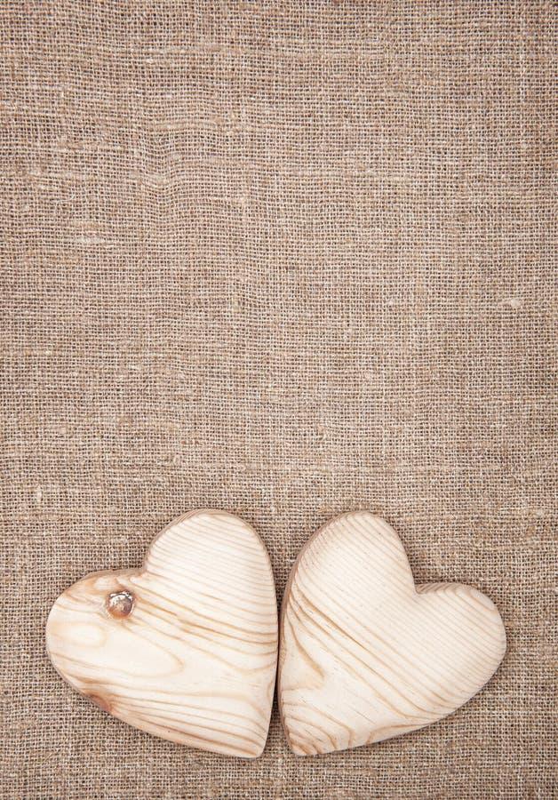 Corazones de madera en la arpillera fotografía de archivo libre de regalías