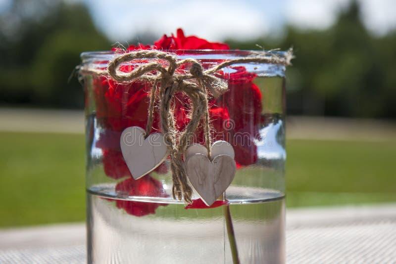 Corazones de madera, taza de cristal fotos de archivo libres de regalías