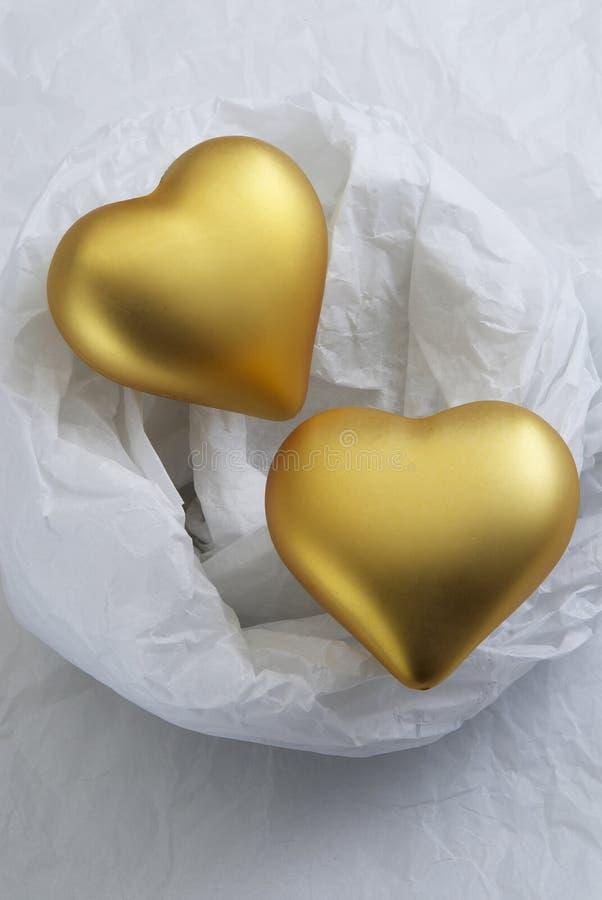 Corazones de oro de la tarjeta del día de San Valentín foto de archivo
