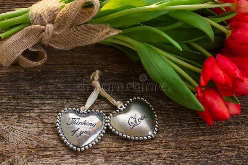 Corazones del amor con las flores fotografía de archivo