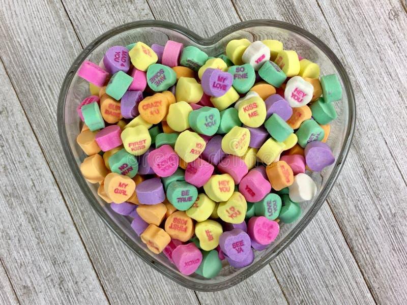 Corazones del caramelo en un cuenco en forma de corazón imagen de archivo libre de regalías