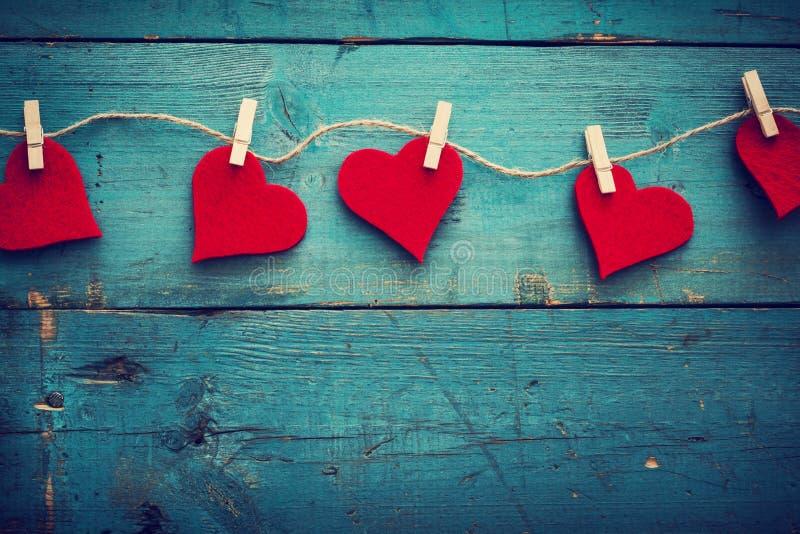 Corazones del día de tarjetas del día de San Valentín en fondo de madera fotografía de archivo libre de regalías