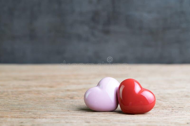 Corazones del fondo de la boda o de las tarjetas del día de San Valentín, rojos y rosados en de madera fotografía de archivo libre de regalías
