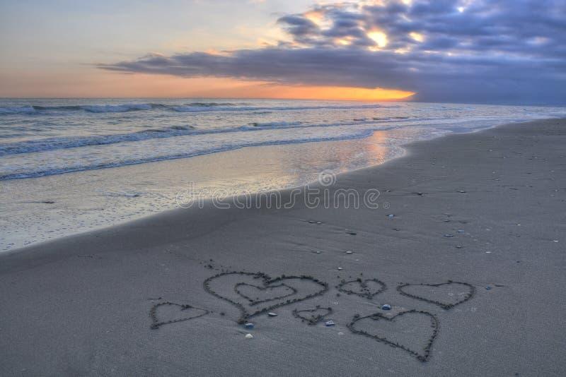 Corazones en la playa de Costa del Sol fotos de archivo
