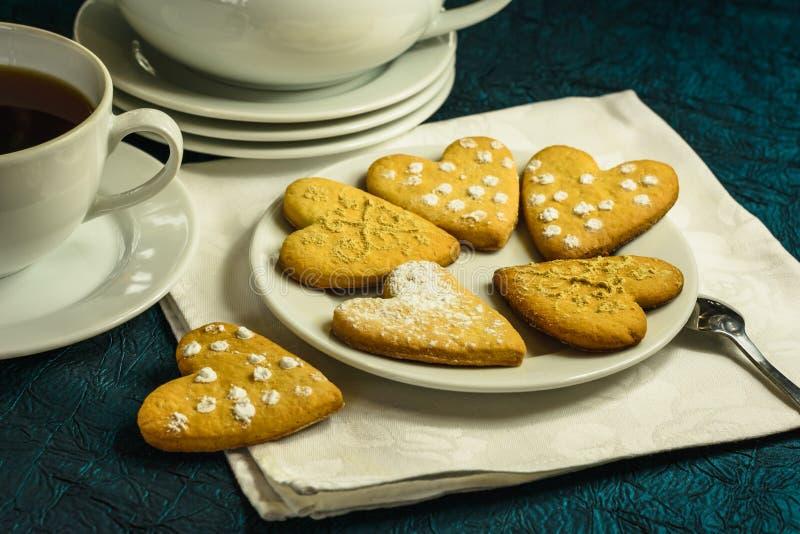 Corazones formados galleta hecha en casa del jengibre Un regalo para el día del ` s de la tarjeta del día de San Valentín fotos de archivo
