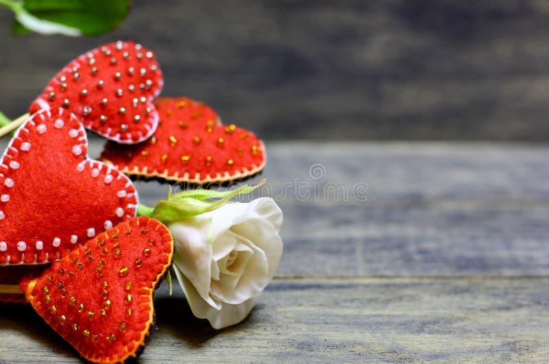 Corazones hechos a mano y flor color de rosa imagenes de archivo