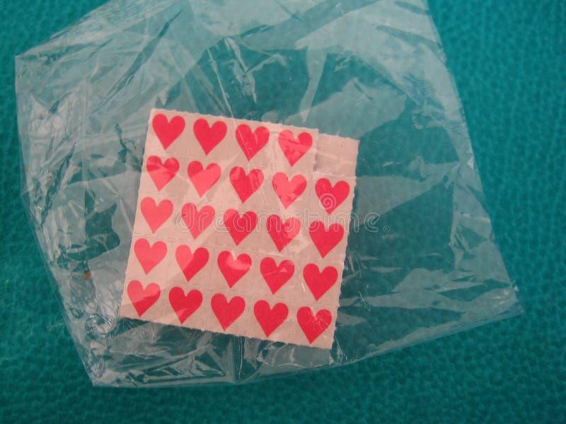 Corazones papeles rojo palo lsd drogas letra fina de arte en cigarro insecto imagen de archivo libre de regalías