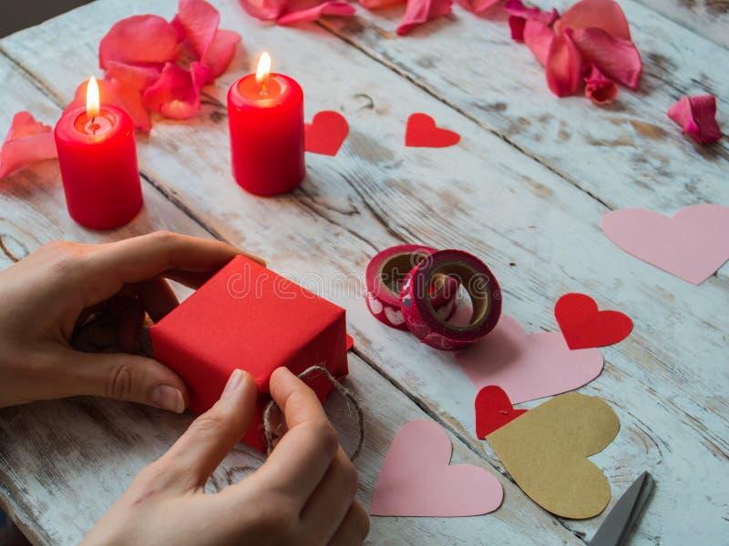Corazones, regalo, cintas en fondo de madera El ` s de la mujer da la fabricación de la decoración hecha a mano del día de tarjet fotografía de archivo