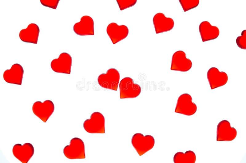 Corazones rojos brillantes en un fondo rayado Para utilizar día del ` s de la tarjeta del día de San Valentín, bodas, día interna imagen de archivo libre de regalías