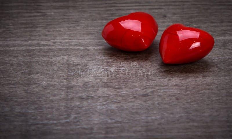 Corazones rojos de la tarjeta del día de San Valentín fotos de archivo