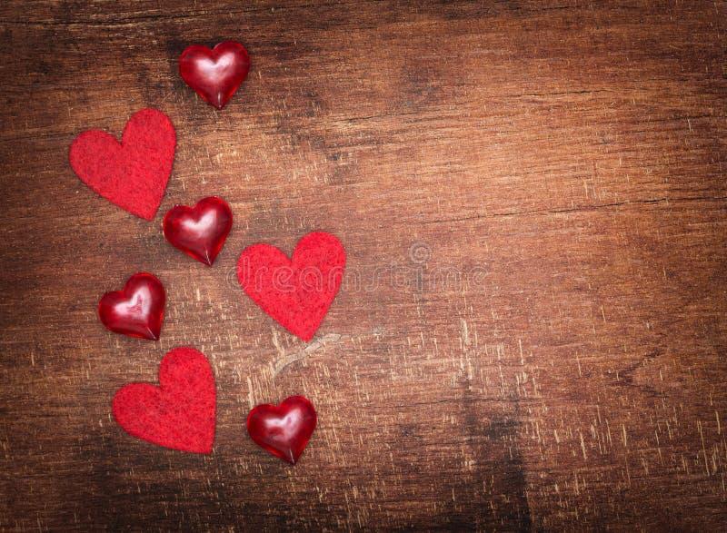 Corazones rojos de la tarjeta del día de San Valentín en viejo fondo de madera foto de archivo libre de regalías
