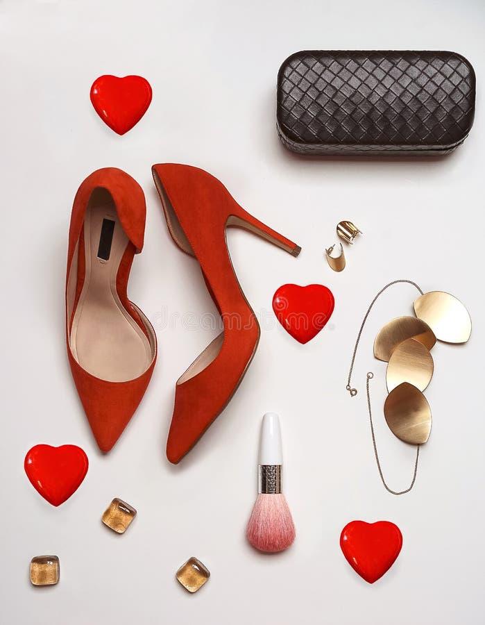 Corazones rojos del embrague de la joyería de los accesorios de los zapatos de la endecha de día de San Valentín del partido de l fotografía de archivo libre de regalías