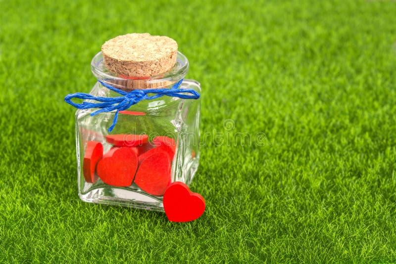 Corazones rojos en botella foto de archivo libre de regalías