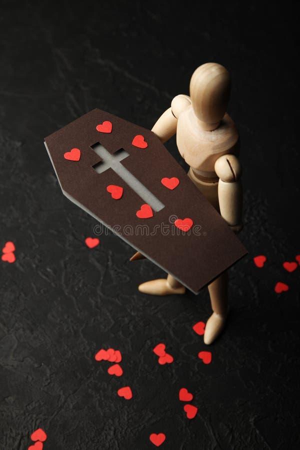 Corazones rojos en el ataúd, entierro Pérdida de cierre y de dolor imagen de archivo