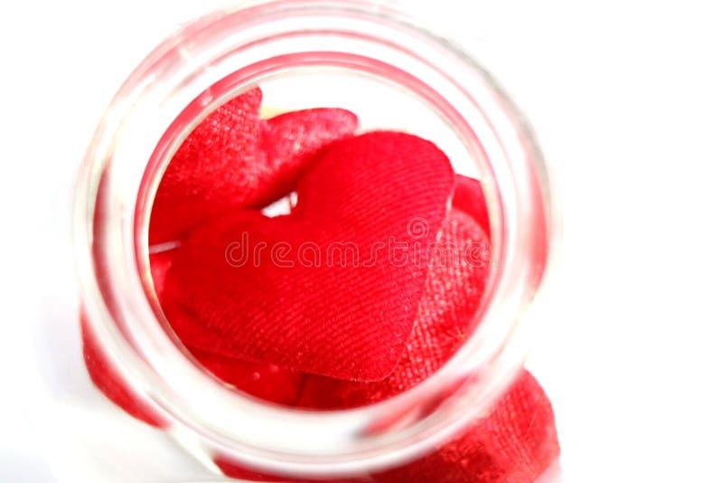 Corazones rojos en la botella fotos de archivo