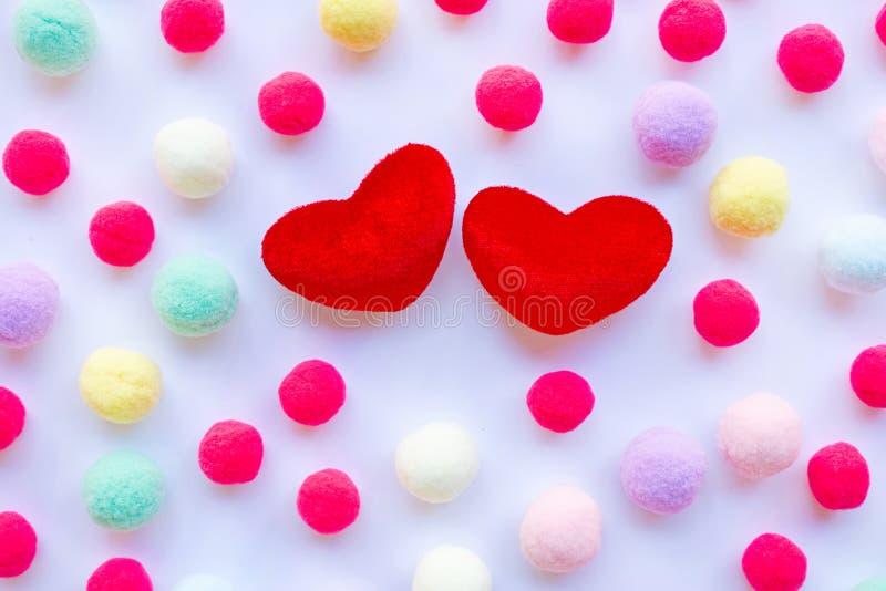 Corazones rojos, pequeñas bolas coloridas Concepto de día de San Valentín en blanco fotos de archivo libres de regalías