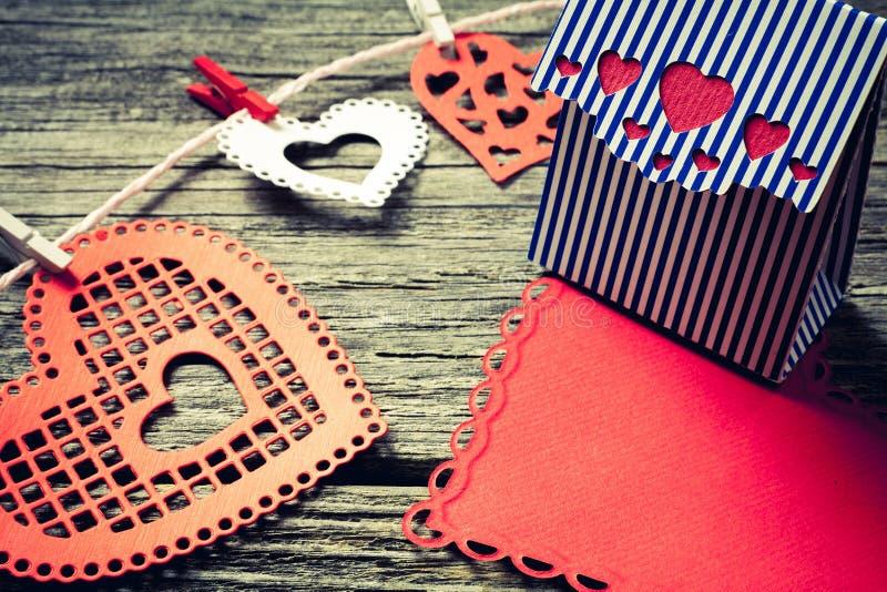 Corazones y caja de regalo coloridos fotografía de archivo