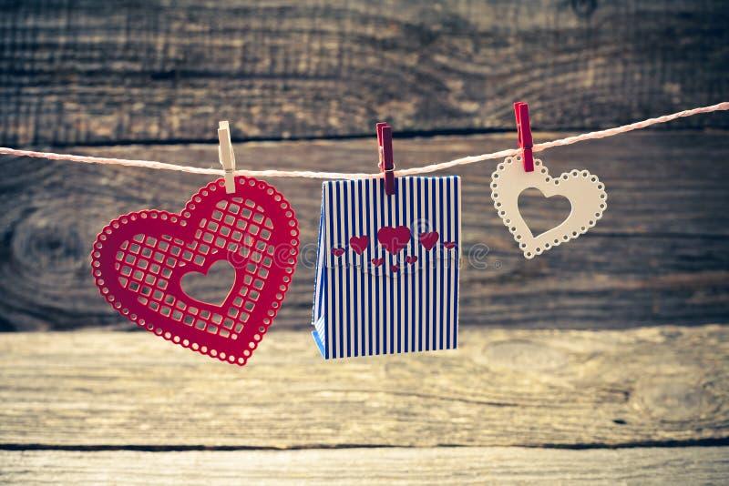 Corazones y caja de regalo de papel decorativos coloridos imagen de archivo