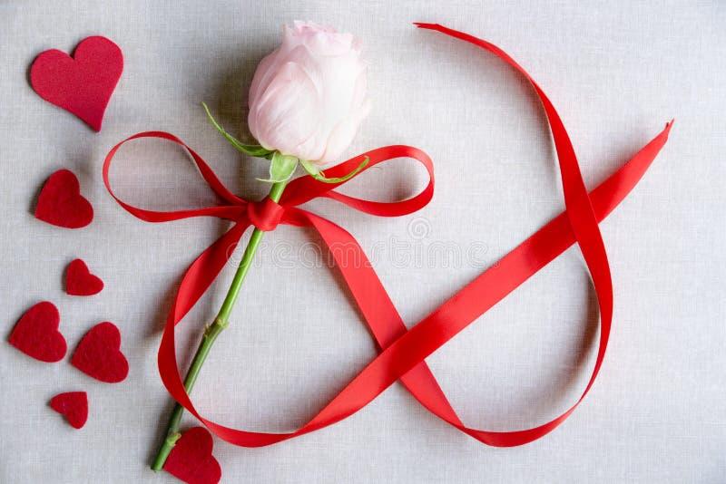 Corazones y una rosa con la cinta en la forma del infinito fotos de archivo libres de regalías
