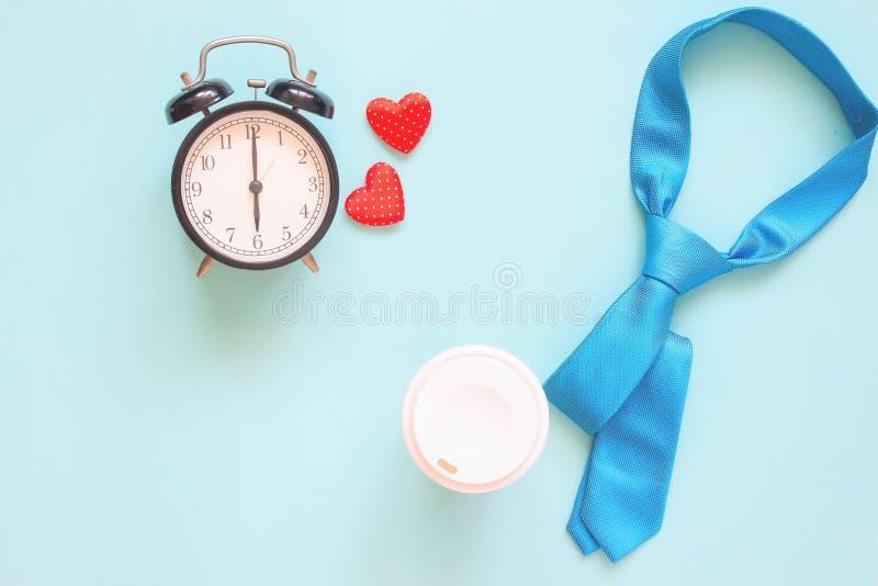 Corbata del color, taza de café y reloj azules en fondo en colores pastel Visión superior, concepto del día de padre imagen de archivo libre de regalías