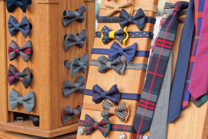 corbatas de lazo coloreadas de la tela en una vitrina marrón fotos de archivo libres de regalías