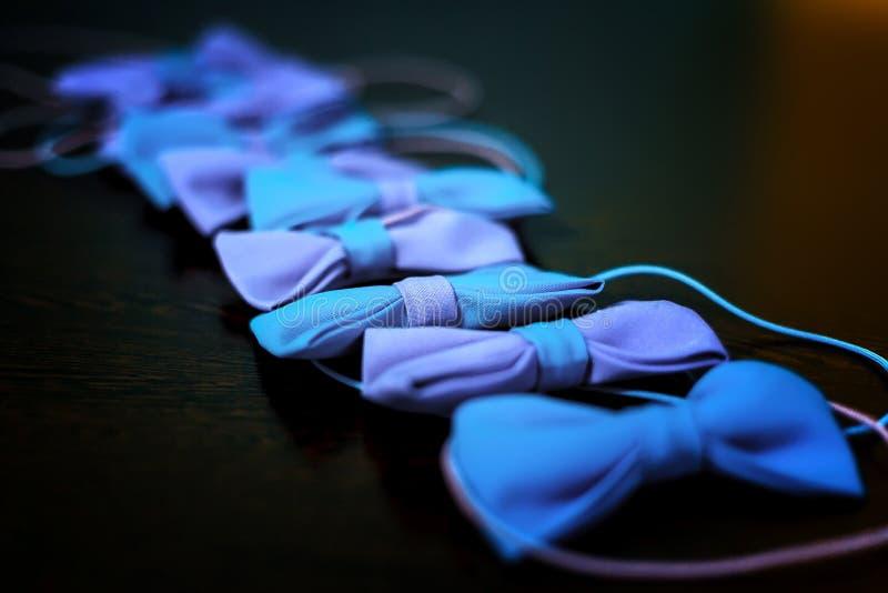 Corbatas de lazo elegantes en fondo oscuro con el espacio para el texto novio y padrinos de boda que consiguen listos por la maña imagen de archivo libre de regalías