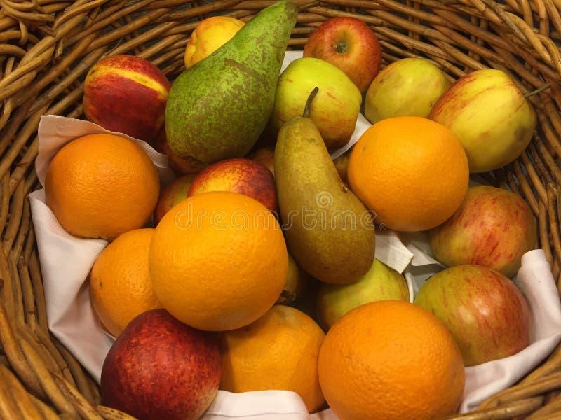 Corbeille de fruits photo libre de droits