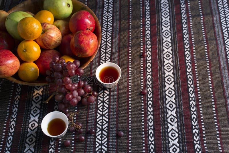 Corbeille de fruits avec des tasses de thé dans une tente Arabe photos libres de droits