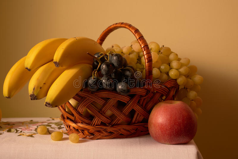Corbeille de fruits toujours de la vie photo stock