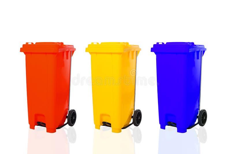 Corbeilles à recycler colorées isolées en blanc images stock