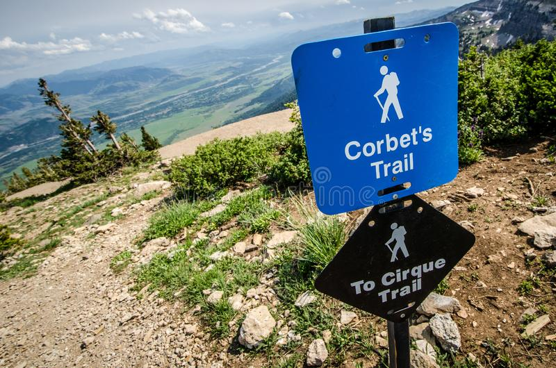 Corbet的足迹路径源头的一个标志在杰克逊霍尔怀俄明带领入Teton 免版税图库摄影